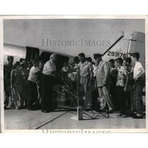1953 Press Photo William Piper Sr President Of Piper Aircraft Co Presents Kit