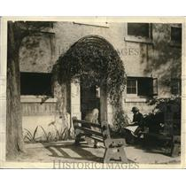 1925 Press Photo 2 girls in Miami look for a room to rent
