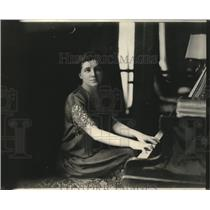 1923 Press Photo Gamma Waska in her Paris home playing the piano