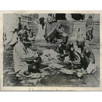 1933 Press Photo Hindus performing the Shradha Ceremony at Sacred pool of Rama