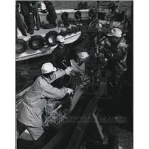 1966 Press Photo Salvage Ship Crewmen Retrieve Parts of Nippon Airway Boeing 727