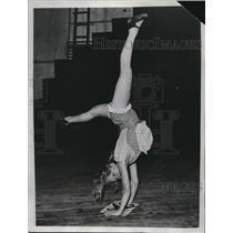 1933 Press Photo Mickey Braatz of NYC doing pinwheels