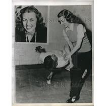 1943 Press Photo A woman judo trainer