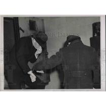 1938 Press Photo Otto Hermann Voss & Eric Glaser, Alleged Nazi Spies Dodge Photo