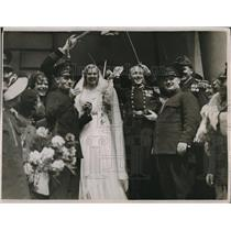 1931 Press Photo Bride and Groom Handcuffed Together At Wedding