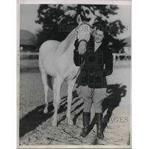 "1939 Press Photo ""Snow White"" and Doc H.M. Parshall. Only pure white Filly"