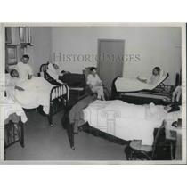 1900 Press Photo Patients of Convalescent Stages Are Assembled