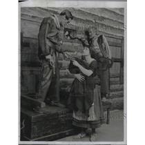 """1922 Press Photo Miss Fay Compton and Mr. Leon Quartermaine in """"Secrets."""""""