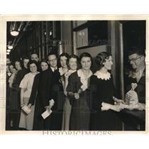 1933 Press Photo Employees Standing in Line for First Pay Day at Company Bank