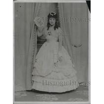 """1922 Press Photo Fay Compton, as """"Sweet 17"""" of the Victorian period in """"Secrets"""""""
