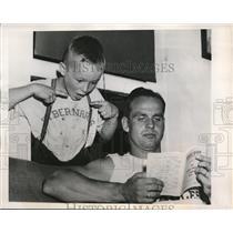 1948 Press Photo E.Turner awe-struck receiving gander AP Muscles of Ernie Steel