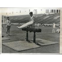 1933 Press Photo Alfred Jochim of Swizz Turn Verein Gymnastic Event AAU Track