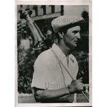 1937 Press Photo Paul Warner, Pittsburgh Pirate Outfielder with golf trophy
