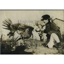 1918 Press Photo Fattening the Turkey for Thanksgiving Dinner.