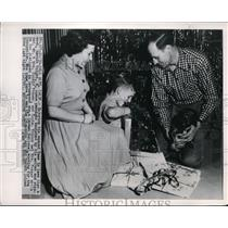 1929 Press Photo Berndt Voight opens packages assisted by his mother Mrs Frasier