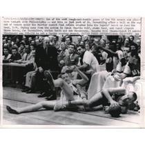 1962 Press Photo Cinncinati, Warrior Paul Arizin at Royals bench, Hub Reed