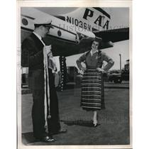 1953 Press Photo Airline Workers Gloria Siddell & Birtil Hawkinson Wed New York