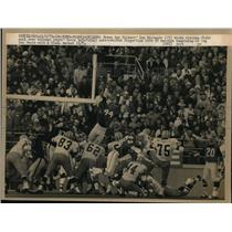 1971 Press Photo Lou Michaels Packers Kicks Winning Field Goal Over Garry Lyle