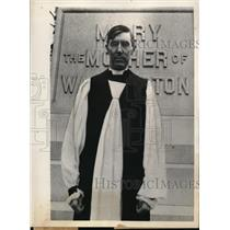 1932 Press Photo RT. REV. H. St. George Tucker standing by his Ancestors Tomb