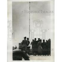 1933 Press Photo E.L. Mallalieu Makes Daring Climb On Aerial Mast