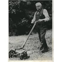 1932 Press Photo Old Dr. Sewall Smith White Bear Lake Minnessota Mows Lawn