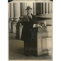 1923 Press Photo Rep .Martin B. Madden eating lunch on The Capital steps