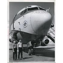 1969 Press Photo David Kazimir and Greg Catalano looking at United Airplane.