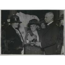 1921 Press Photo Germanl Ambassador & wife Mrs. Philip Showdon presenting toys