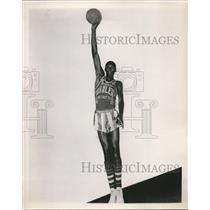 1953 Press Photo Walter Duken Harlem Globetrotter center - nes17696