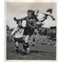 1947 Press Photo Berlin Oberschoenweider soccer teeam in action - nes18924