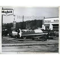 1960 Press Photo Glen Cove LI NY private plane parked with cars at gas station