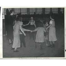 1937 Press Photo Children playing in refugee station in Church Evansville