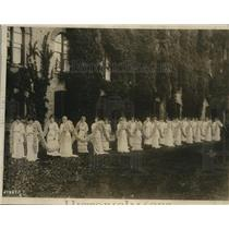1914 Press Photo 24 Vassar College Beauties Bear Daisy Chain In Commencement