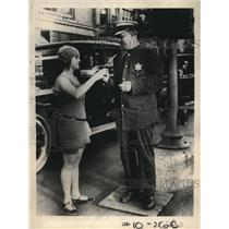 1923 Press Photo Pearl Carter gives patrolman Otto Weber a cold drink, Chicago