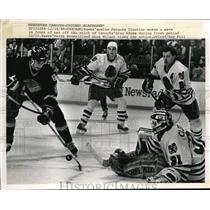 1989 Press Photo Hawks goalie Jacques Cloutier makes save vs Canucks Greg Adams