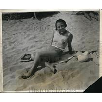 1931 Press Photo Jeanette de Filiquier of Paris France on sands of La Playa