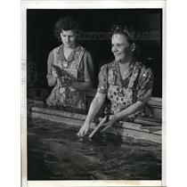 1942 Press Photo Marguerite Larsen and Georgia Lee Sims Doing Dishes at Boeing