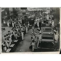 1932 Press Photo People at a gambling hall at casino