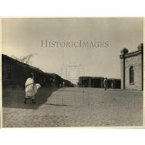 1924 Press Photo People Walking in El Druin Africa Street