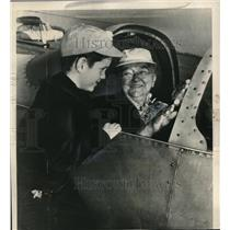 1948 Press Photo Mrs Katherine Baierle Talks To Great Grandson About Plane Ride