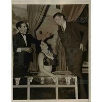1939 Press Photo Grover Alexander Watching Magician Disappear Lady Like Pitch