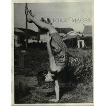 1931 Press Photo Wilma Walker age 7 balancing on one hand