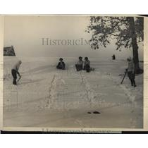 1925 Press Photo Wellesley girls in the snow as Miss Isabel Black cuts letters