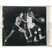 1951 Press Photo Norm Baker of Boston Whirlwind bs Globetrotter Goose Tatum