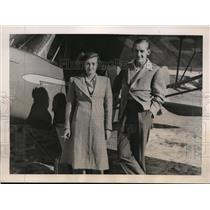 1940 Press Photo Mrs. Del Farrar and husband C.A. Farrar at the airport