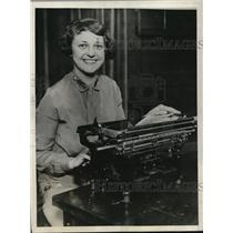 1927 Press Photo Mae Zabokrtsky with her typewriter in Western Electric Company