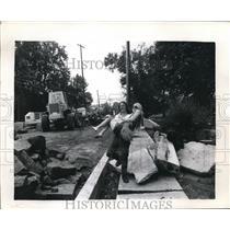 1973 Press Photo N. Plainfield NJ Keith Treich carries his fiancee Nancy Stiles