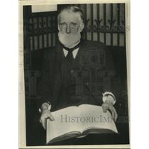 1926 Press Photo Cornelius Oyston Library Elevator Operator Reads 5000 Books