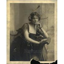 1913 Press Photo Fenne Rogers Resting On A Couch