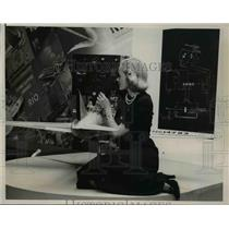 1938 Press Photo Miss Mitchell with gyropilot in operation at Int'l Air Show